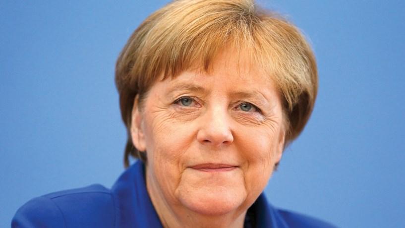 """Merkel recandidata-se à liderança do partido para """"trazer estabilidade e rumo"""""""