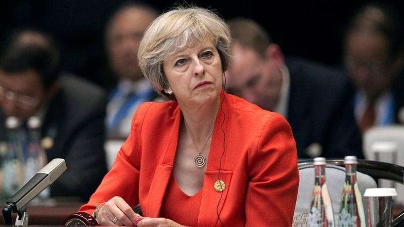 "Queda da libra leva May a recusar que seja inevitável um ""Brexit duro"""