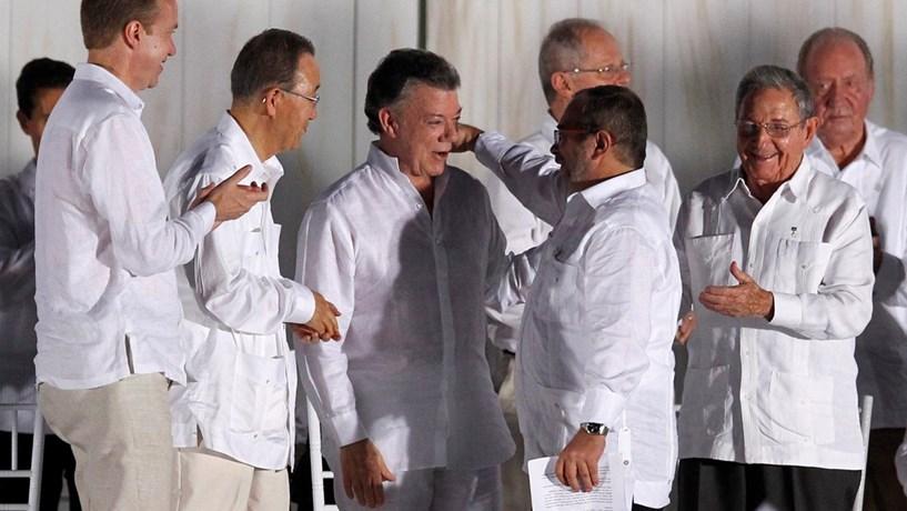 Colombianos rejeitam em referendo acordo de paz do Governo com as FARC