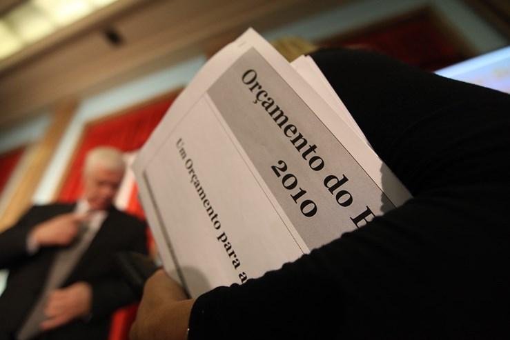 OE2010: Relançar a economia - O ano anterior tinha sido de eleições, em Outubro, pelo que o Orçamento do Estado de 2010 foi entregue já com o ano em andamento. Teixeira dos Santos passou a proposta a Jaime Gama no dia 26 de Janeiro de 2010, já passava das 22:00.