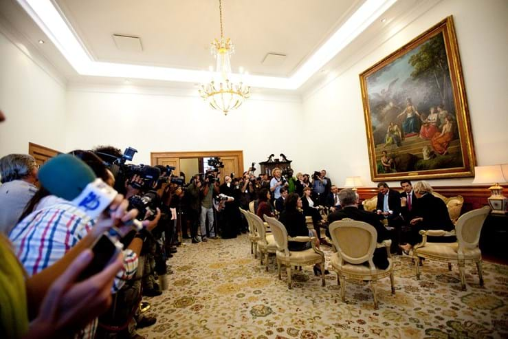 """OE2013: O Orçamento do """"enorme aumento de impostos"""" - Vítor Gaspar chegou ao Parlamento pouco depois das 17:00 do dia 15 de Outubro de 2012, acompanhado do ministro dos Assuntos Parlamentares, Miguel Relvas, e da sua equipa de secretários de Estado."""