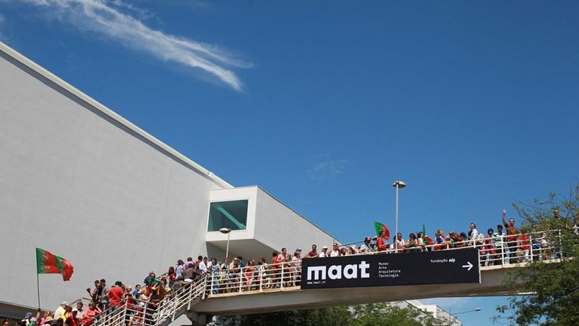 Enchente no MAAT obriga PSP a fechar ponte pedonal junto ao Museu dos Coches