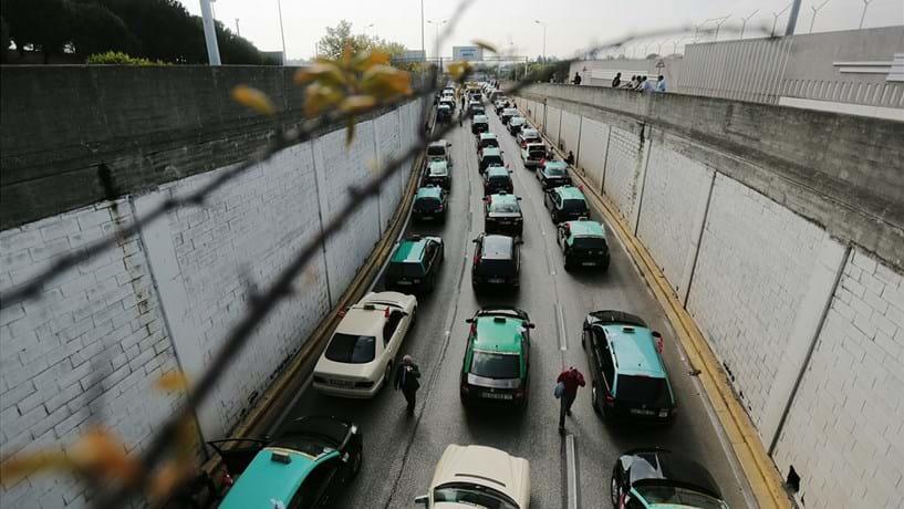 Licenças de táxi em Lisboa à venda por 100 mil euros
