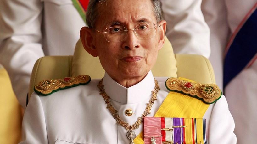 Morreu o monarca tailandês, que mantinha o reinado mais longo