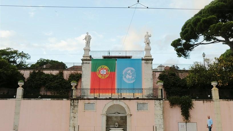 Bandeiras de Portugal e das Nações Unidas no Palácio de Belém em honra de Guterres