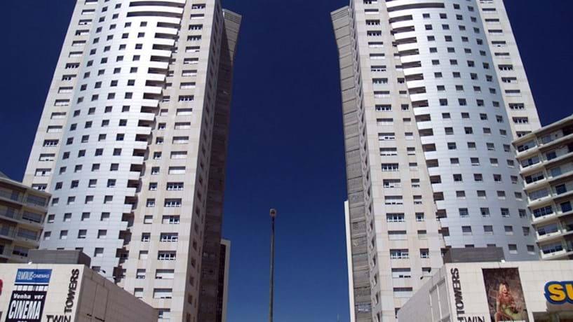 Condomínio Twin Towers (1999) da arquitecta Olga Quintanilha.