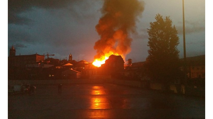 Incêndio em Guimarães entra em fase de rescaldo