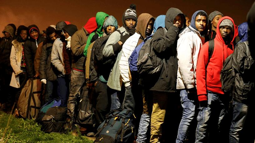 """França inicia retirada de migrantes da """"selva"""" em Calais para a desmantelar"""