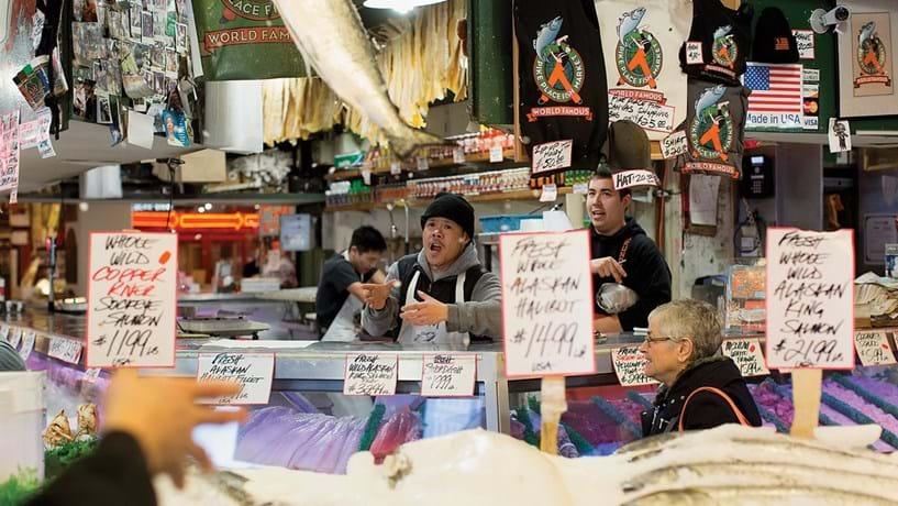 O Pike Place Market, criado pelo município de Seattle em 1907, tornou-se mundialmente famoso como exemplo de gestão graças ao mercado de peixe, onde os trabalhadores dão espectáculo enquanto atendem os clientes. Numa cidade que é um reduto do Partido Democrata, nem Hillary gera simpatias.