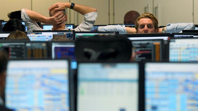 Abertura dos mercados: Itália condiciona bolsas, petróleo recua na véspera da OPEP