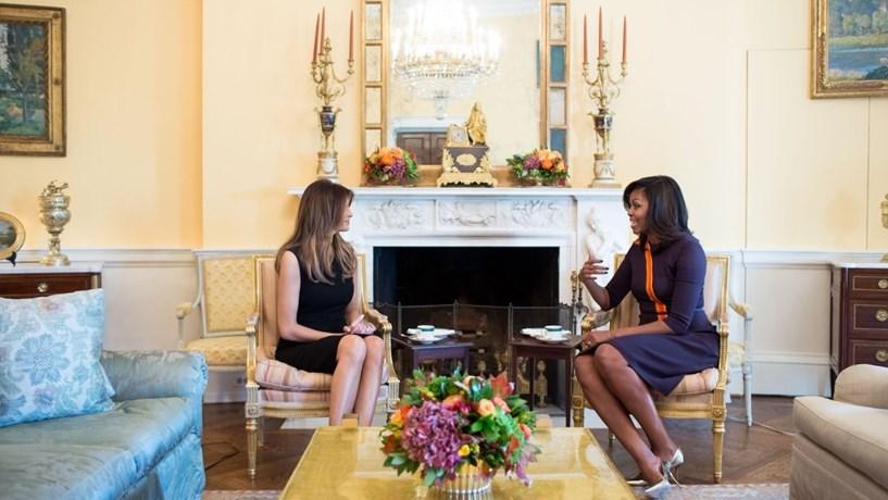 Melania Trump recebida por Michelle Obama