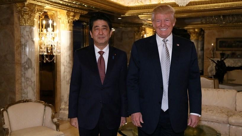 Trump ao lado de Shinzo Abe condena lançamento de míssil pela Coreia do Norte