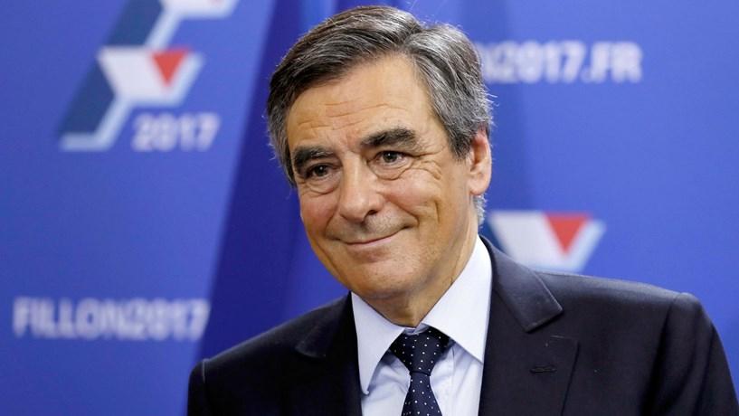 """François Fillon diz estar alinhado com uma França """"mais à direita que nunca"""""""