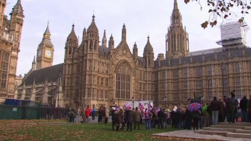 Ex-primeiros-ministros britânicos levantam a voz a pedir travão ao Brexit