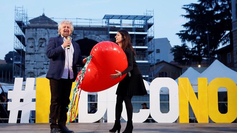 """O Movimento 5 Estrelas de Beppe Grillo e de Virginia Raggi (autarca de Roma) lidera a campanha do """"não""""."""