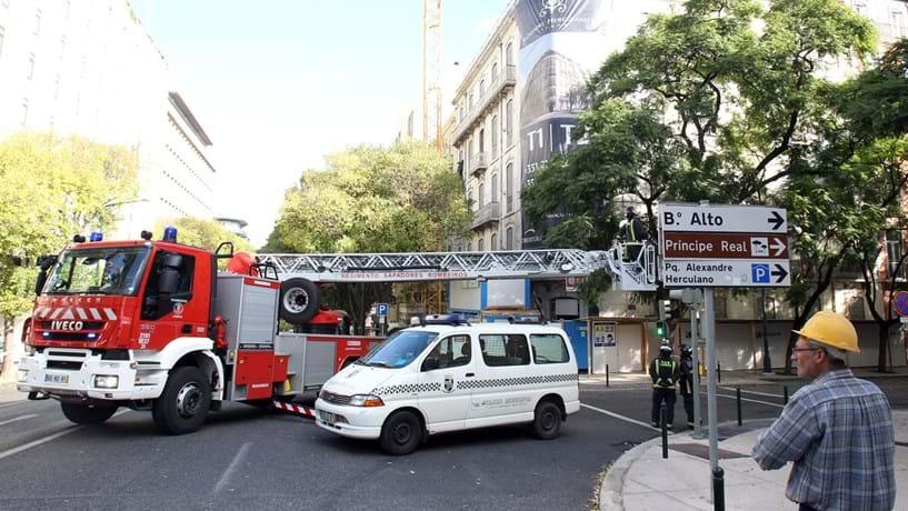 Duas pessoas desaparecidas após desabamento de fachada em Lisboa