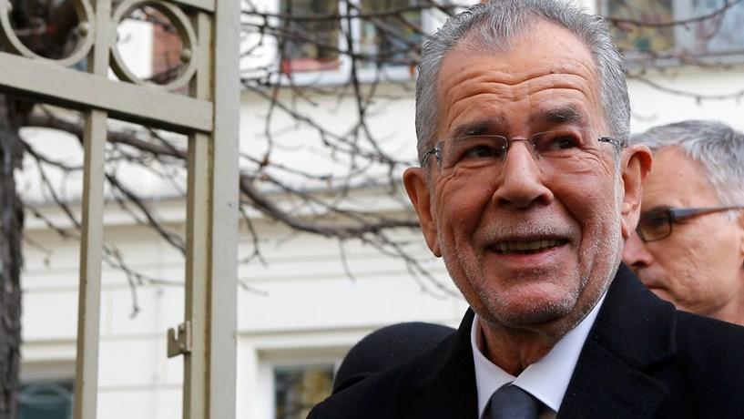 Áustria elege presidente pró-europeu