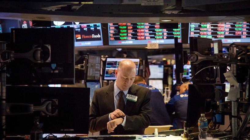 """No dia 9 de Fevereiro, a Europa acordou em sobressalto. Os mercados bolsistas estavam a """"derreter"""" e a fuga de capitais para os refúgios - ouro e dívida alemã - dava sinais de que o caso era sério. No final do dia, os piores cenários confirmaram. O índice bolsista de banca perdeu quase 30%, as quedas da bolsa oscilavam entre os 18,5% de Frankfurt e os  quase 40% de Atenas, com os índices a regressarem à década de 90. O receio em torno da fragilidade financeira da Europa, com o Deutsche Bank à cabeça, assustou muita gente. Dois dias depois, a tempestade desapareceu do mapa."""
