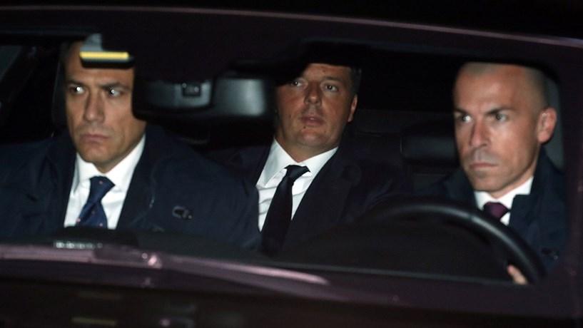 """Renzi demite-se e avisa que """"ou há governo de todos ou eleições"""""""