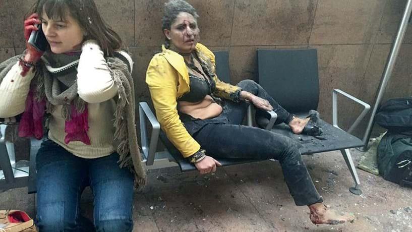 22 de Março: uma manhã sangrenta: Bruxelas, manhã do dia 22 de Março. As primeiras explosões ocorreram no aeroporto internacional de Zaventen, depois também a estação do metro de Maelbeek foi alvo de terroristas. As violentas explosões causaram a morte a 32 pessoas e deixaram feridas cerca de 300. O auto-proclamado Estado Islâmico reivindicou os atentados. Uma imagem tornou-se espelho do terror: uma mulher coberta de pó, ensanguentada e com a roupa rasgada. Soube-se depois que se chama Nidhi Chaphekar.  A hospedeira indiana da companhia aérea Jet Airways tinha chegado pouco antes dos atentados ao aeroporto de Zaventen.