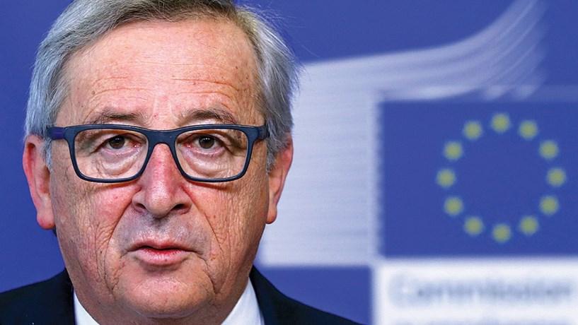 Bruxelas dá dois meses a Portugal: O incumprimento das metas do défice levou a que Bruxelas discutisse a aplicação de sanções a Portugal e Espanha. A decisão foi a de dar mais dois meses aos dois países para que implementassem medidas para atingirem as metas acordadas. Só em Julho a Comissão Europeia, liderada por Jean-Claude Juncker (na foto), voltou a olhar para os dois casos. Decidiu não aplicar sanções e adiar para Setembro a decisão do corte de fundos. Mas nem isso acabou por acontecer. Portugal e Espanha conseguiram escapar àquelas que seriam as primeiras sanções da história europeia.