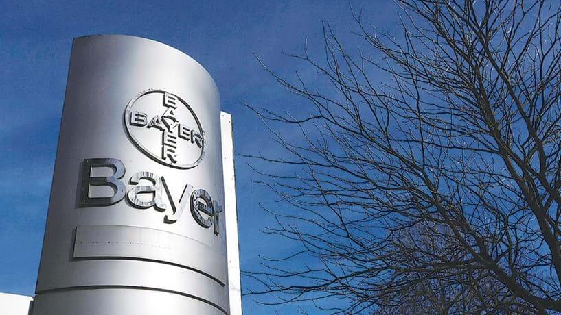 Bayer protagoniza megacompra: A luta pela compra da Monsanto pela Bayer começou, oficialmente, em Maio. A alemã ofereceu 62 mil milhões de dólares para comprar a Monsanto, lançando uma oferta pública de aquisição (OPA). Os meses que se seguiram foram de negociações, tendo culminado, em Setembro, numa proposta de 66 mil milhões de dólares (cerca de 62 mil milhões de euros, à cotação actual). Este é um dos maiores negócios do ano e a maior OPA lançada por uma empresa alemã. A Bayer ofereceu assim 128 dólares por cada acções da Monsanto, que vale hoje pouco mais de 100 dólares.