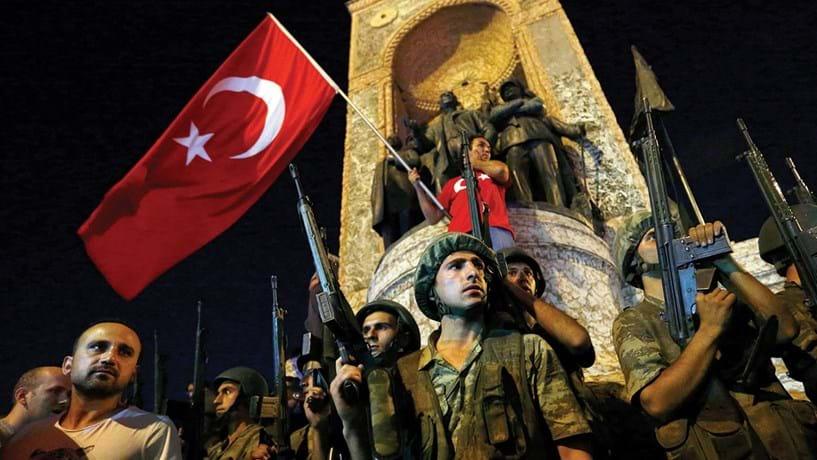 Golpe de Estado falhado na Turquia: O mundo foi surpreendido na noite de 15 de Julho, com o golpe de Estado na Turquia. Os militares golpistas pareciam ter vantagem, conquistando alguns centros de poder. O Presidente Erdogan estava de férias e foi obrigado a falar ao país pelo Facetime para pedir uma mobilização contra o golpe. O repto teve resposta nas ruas. Ao longo da madrugada, a corrente haveria de mudar a favor do governo. Ameaçado, Erdogan acabou por sair mais poderoso da tentativa de golpe. Nos dias seguintes organizou uma purga no Estado, prendendo 18 mil pessoas e despedindo 50 mil.