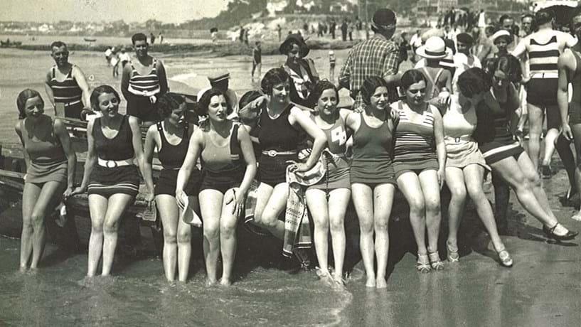 Um grupo de senhoras na praia do Tamariz, em 1930.