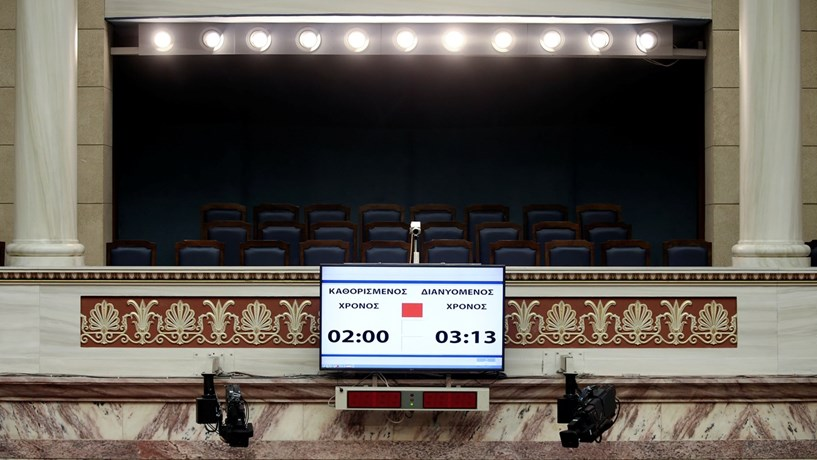 Grécia não cede a Bruxelas e aprova reposição do 13º mês aos pensionistas
