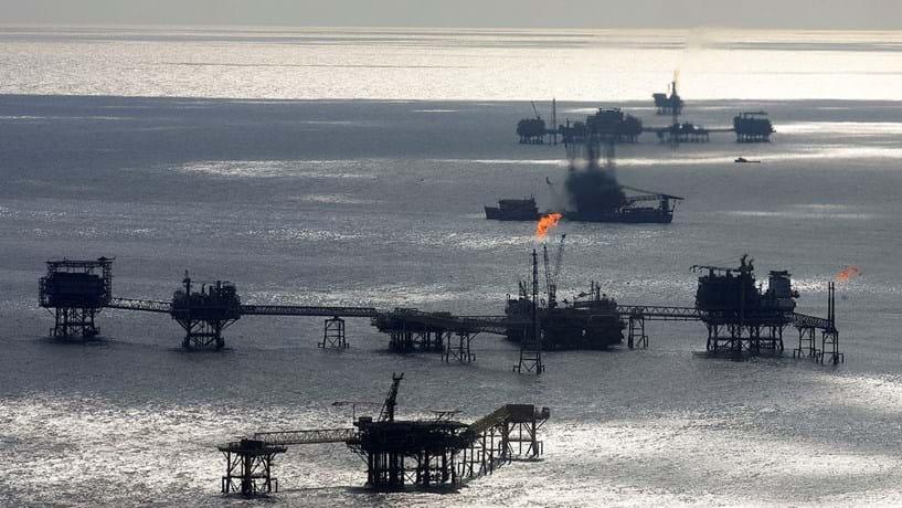 Petróleo desce com aumento das perfurações nos EUA