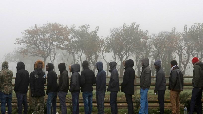 """Refugiados saem do campo de Calais: Cerca de 6.400 pessoas foram retiradas de Calais e realojadas em campos espalhados pelo território francês. Dezenas e dezenas de autocarros, bancos forrados com plástico, transportaram imigrantes. E foi assim que o maior campo de refugiados de França, um bairro de lata construído em ano e meio, ficou transformado num monte de destroços, depois limpos pela polícia. Era conhecido como """"a selva"""" e era ali que as pessoas aguardavam uma oportunidade para passar o Canal da Mancha. Os migrantes, esses, continuaram a chegar à Europa."""