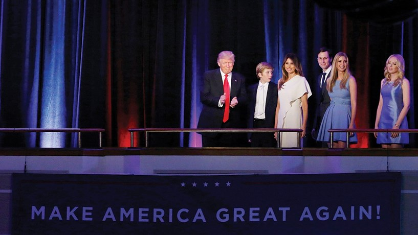 """E num instante tudo muda... Trump eleito: As sondagens oscilavam entre uma vitória confortável para Hillary Clinton e uma vitória apertada, mas segura. Mas na noite eleitoral, tudo mudou. Os primeiros sinais chegaram da Florida, onde Donald Trump começou a construir a sua improvável mas sólida vitória no colégio eleitoral. O candidato republicano acabaria por """"limpar"""" todos os estados chave e deixar em choque metade dos Estados Unidos, o país que votou em maior número na ex-primeira-dama, mas não conseguiu elegê-la devido à estrutura eleitoral dos EUA. Trump será o sucessor de Obama."""