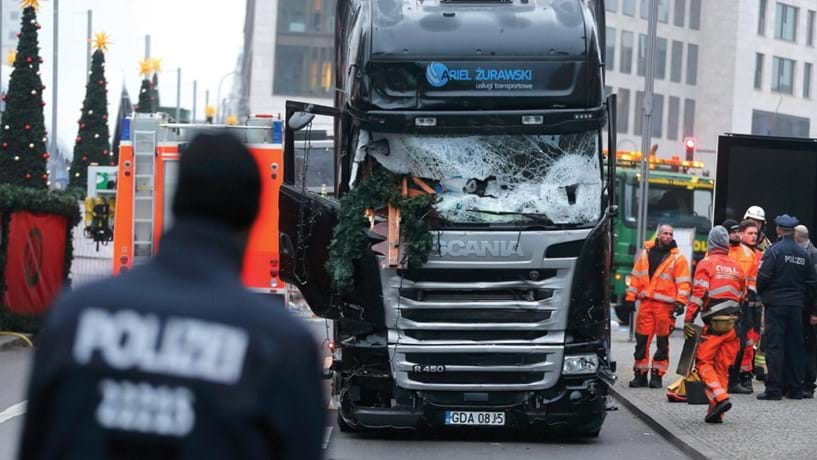 Terrorismo no Natal de Berlim mata 12 pessoas: 19 de Dezembro: o terror regressou à Europa, com ataques em Berlim, Ancara e Zurique. O mais mortífero aconteceu na capital alemã, onde o condutor de um camião investiu sobre a multidão que frequentava um mercado de Natal, matando 12 pessoas. O condutor fugiu após o ataque, reivindicado (mas sem certezas) pelo auto-proclamado Estado Islâmico. Mas nesse dia um outro acontecimento espantava o mundo: um polícia turco matou a tiro o embaixador russo em Ancara, numa cerimónia pública, afirmando pretender vingar a cidade de Aleppo, em vias de ser controlada pelo regime sírio, apoiado por Moscovo.