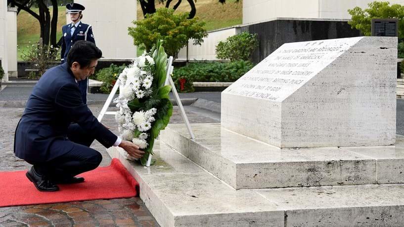 Primeiro-ministro do Japão visita Pearl Harbor acompanhado de Barack Obama