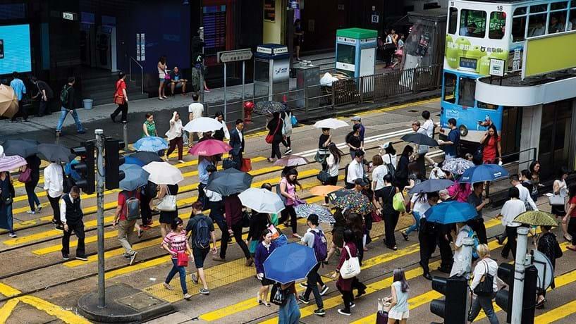 Hong Kong parece estar noutra galáxia. O preço por metro quadrado é o mais caro do mundo, mostrando que a pequena cidade está cada vez mais estrangulada de espaço