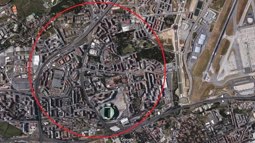 Abatimento de piso em Lisboa corta trânsito na Avenida Padre Cruz