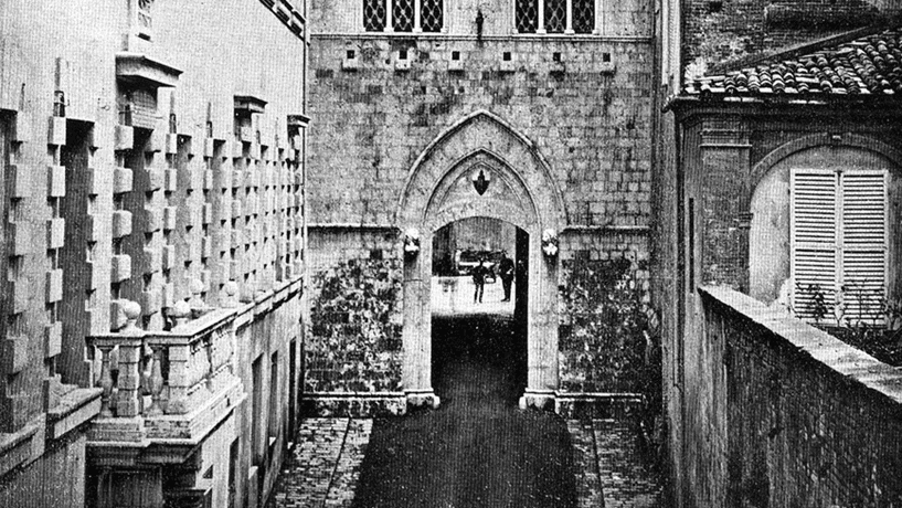 O palácio do século XIV, em estilo gótico, que tem o nome da instituição escrito no pórtico, sofreu várias alterações ao longo dos anos.