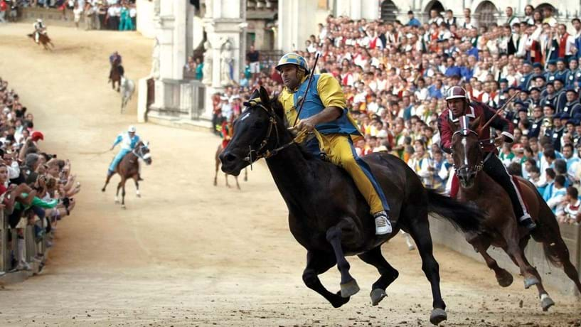 O banco patrocina, todos os verões, um evento muito antigo, a corrida de cavalos Palio di Siena.