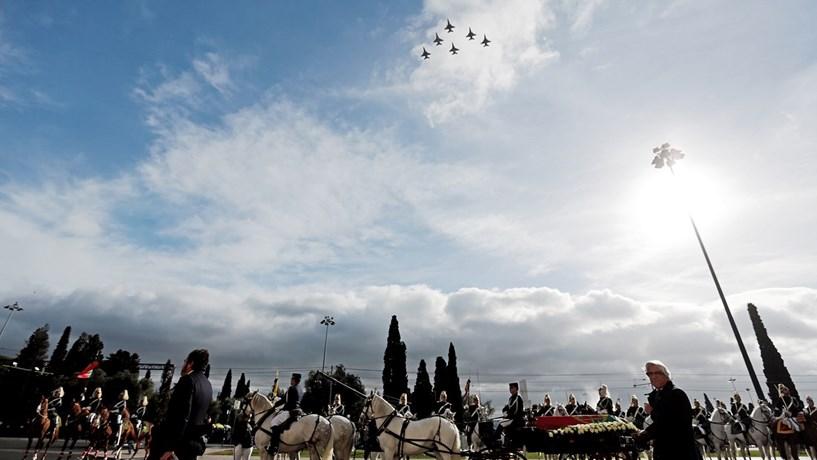 Nos céus, seis aviões F-16 da Força Aérea prestaram homenagem ao antigo Presidente, sobrevoando os Jerónimos quando  a urna saiu em direcção ao cemitério dos Prazeres.