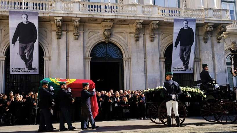 O cortejo fúnebre de Soares passou pela Câmara de Lisboa.