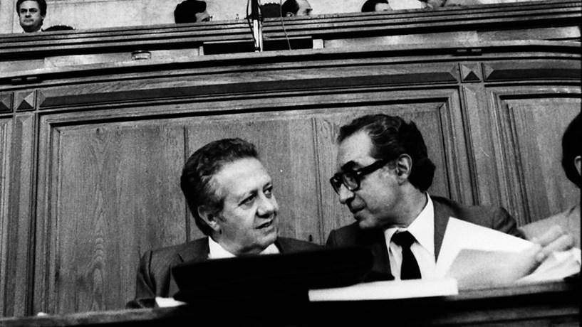 1984: O primeiro-ministro, Mário Soares, conversa com o então ministro de Estado, Almeida Santos.