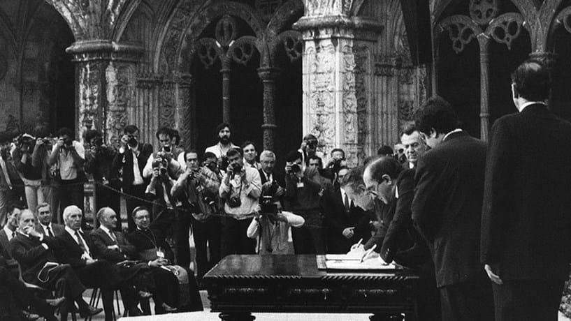 Em 12 de Junho de 1985, Portugal assinou o tratado de adesão à Comunidade Económica Europeia (CEE).
