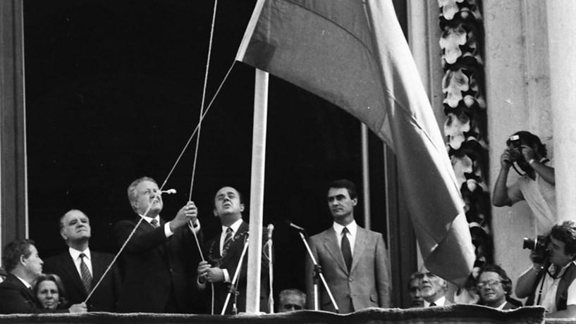 1986: O então Presidente da República, Mário Soares, e o primeiro-ministro, Cavaco Silva, na cerimónia do hastear da Bandeira Nacional na varanda dos Paços do Concelho.