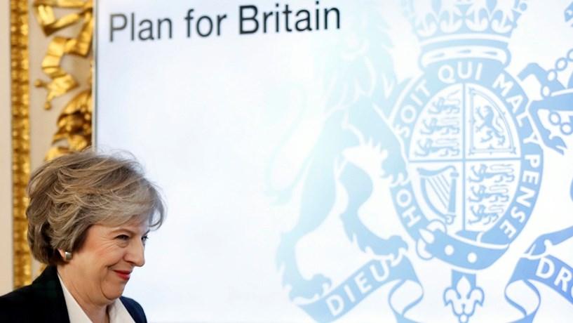 """May quer Reino Unido como """"hub"""" de investimento. Schäuble lembra que há regras sobre impostos"""