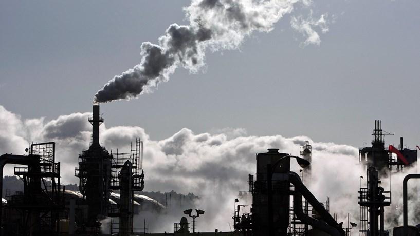 A queima de combustíveis fósseis é um dos principais responsáveis pela emissão de CO2