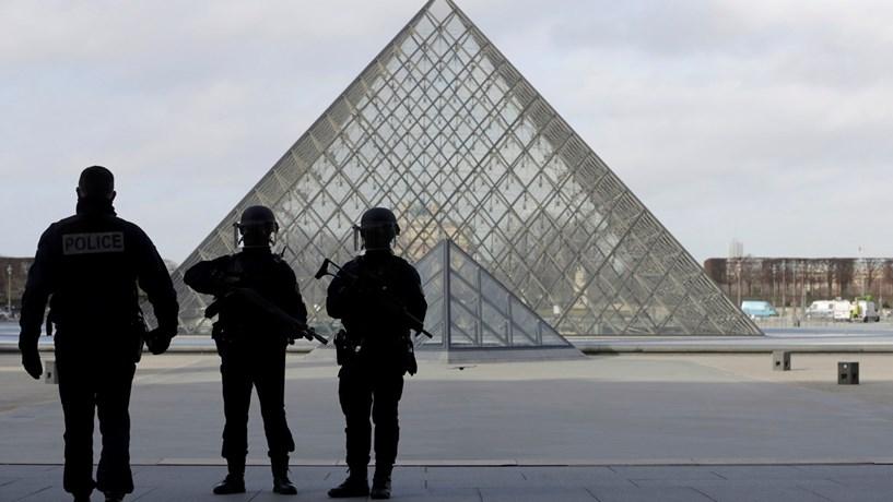 """Louvre: Primeiro-ministro francês fala em ataque """"com características terroristas"""""""
