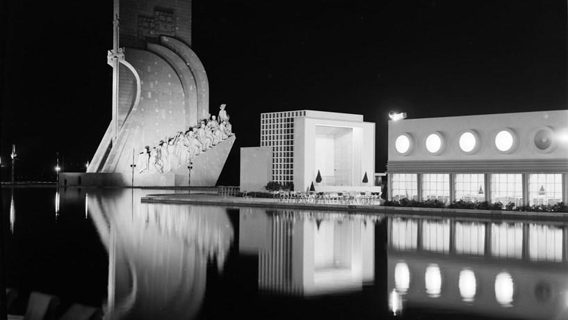 Vista nocturna da Exposição do Mundo Português. Na imagem, o Padrão dos Descobrimentos, concebido por Cottinelli Telmo e Leopoldo de Almeida, e o Pavilhão das Diversões Náuticas, desenhado por António Lino. 1940
