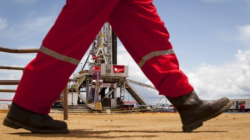 Petróleo em novos mínimos de Novembro após subida da produção da Arábia Saudita