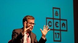 Comissário Carlos Moedas marcha e apela aos gritos pela ciência