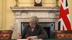 Libra em mínimos de dois meses com May em queda nas sondagens